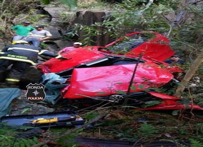 Jovem morre ao despencar com carro em ribanceira a margem da 282