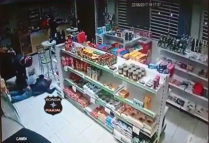 Dupla armada rende funcionários e clientes durante assalto a posto de combustível