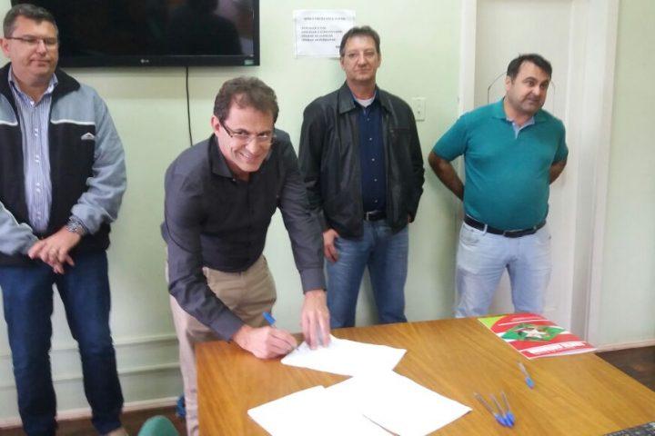ADR assina convênio de R$ 100 mil com prefeitura para recuperação de estradas do interior