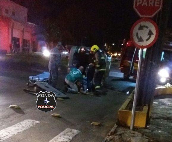 Capotamento deixa motorista ferido no centro de Xaxim
