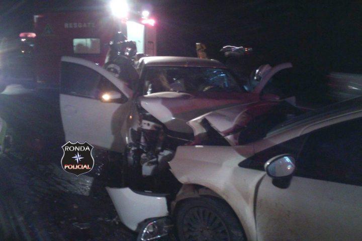 Três pessoas ficam feridas em grave acidente na 153