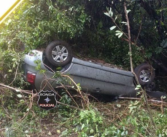 Motorista fica ferido ao capotar veículo