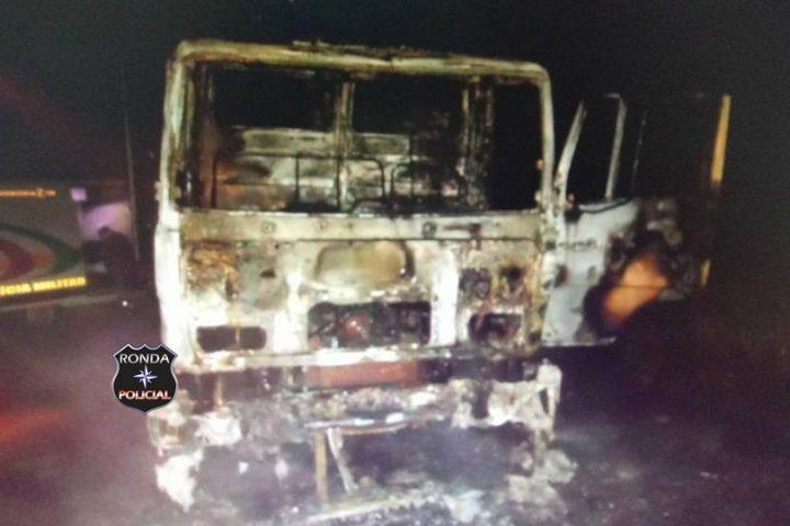 Caminhão de Chapecó é completamente consumido pelo fogo na SC-160