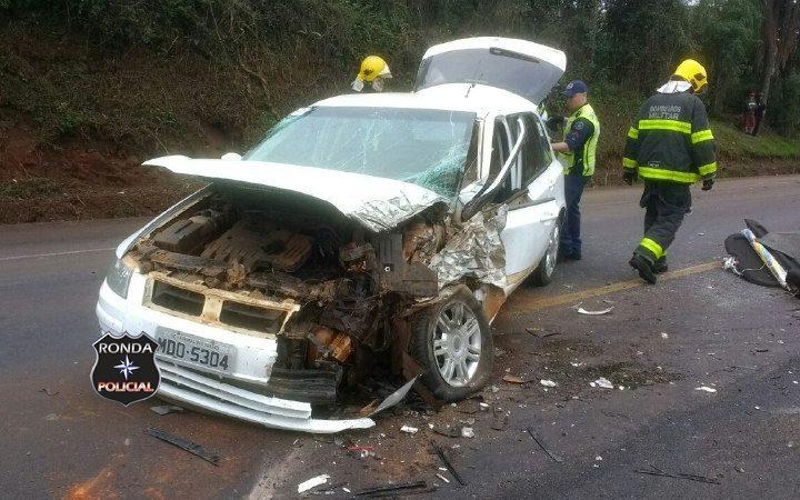 Motorista fica preso as ferragens e carreta tomba em violenta colisão na BR-282
