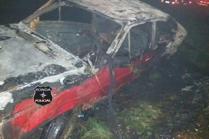 Veículo é consumido pelo fogo ao se envolver em acidente na 282