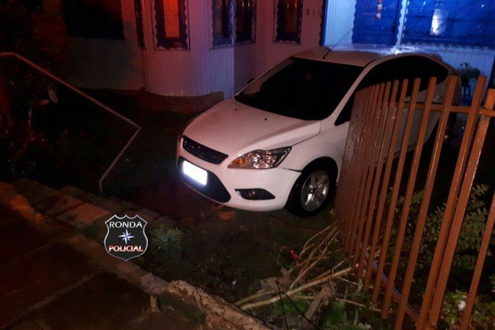 Carro desgovernado derruba portão e invade residência em Ponte Serrada