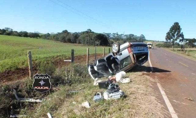 Motorista sem habilitação capota veículo a margem de rodovia