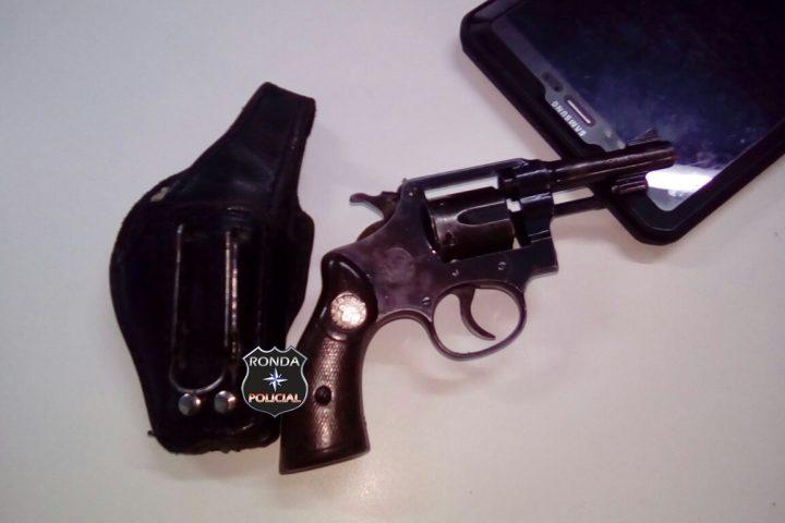 Homem é preso depois de ameaçar com arma esposa durante a noite