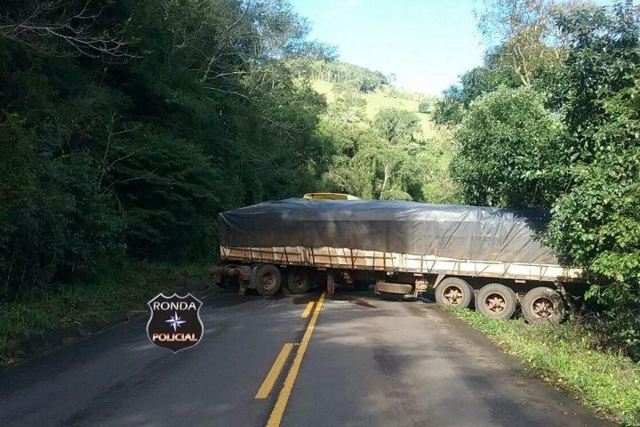Caminhoneiro perde o controle e carreta atravessa sobre rodovia deixando trânsito bloqueado