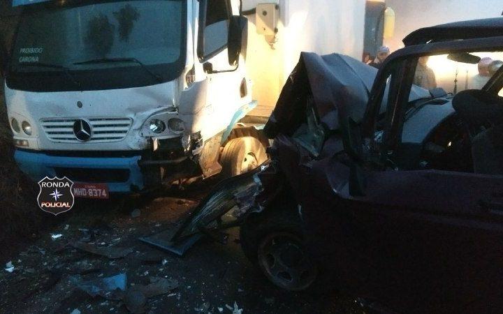 Violenta colisão frontal entre camioneta e caminhão deixa trânsito lento na SC-283