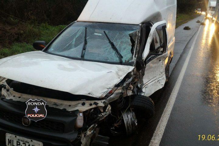 Violenta colisão frontal entre picape e carreta deixa trânsito lento na BR-282