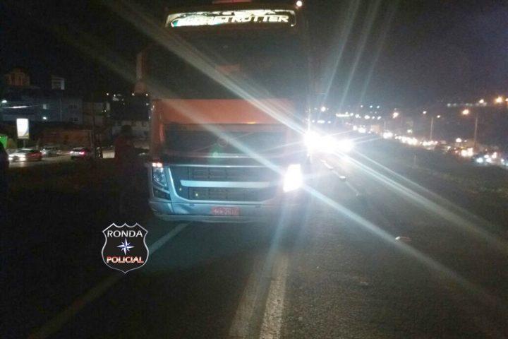 Homem fica gravemente ferido ao ser atropelado por carreta na 282