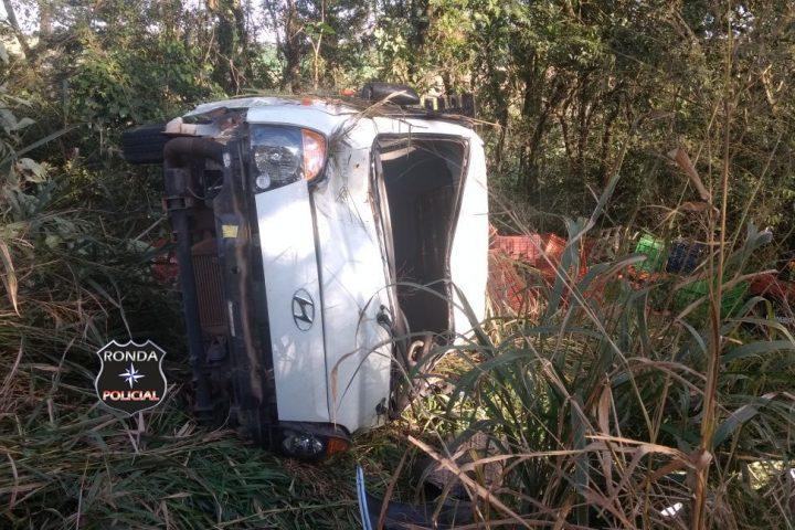 Capotamento deixa motorista ferido na SC-283