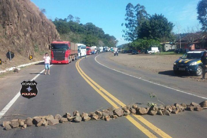 Indígenas bloqueiam rodovia na divisa de SC com o RS