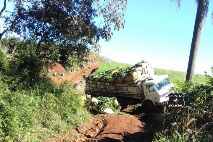 Duas pessoas ficam feridas em acidente com caminhão de ervas no interior de Xaxim