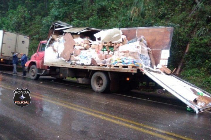 Engavetamento envolve três caminhões e um carro na 282