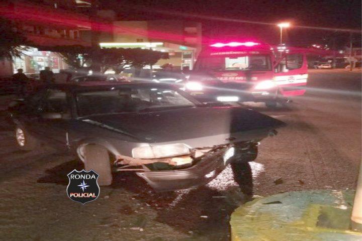 Motorista colide carro em mureta de concreto próximo a Delegacia