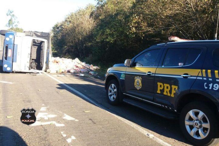 Caminhão de arroz tomba e deixa duas pessoas feridas na BR-158