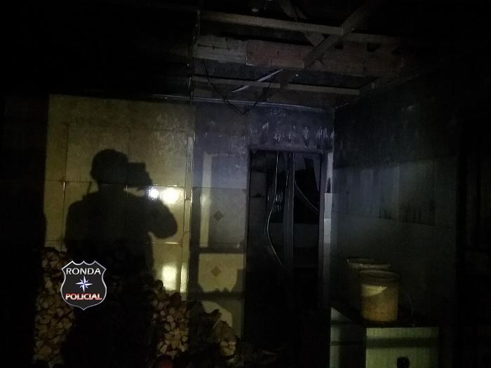 Bombeiros são acionados para combater incêndio em residência em Bom Jesus