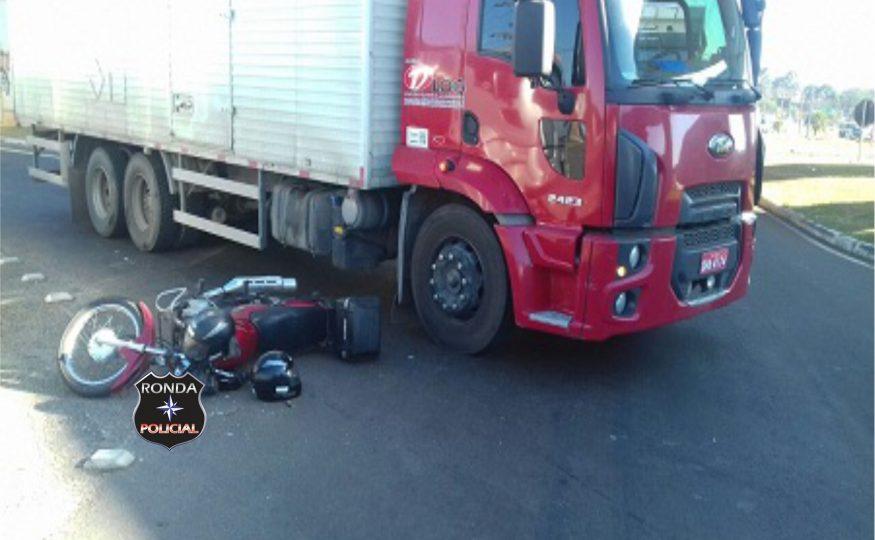 Duas pessoas ficam feridas em acidente entre moto e caminhão na 282