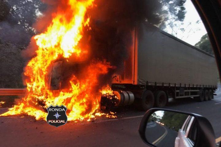 Fogo consome cabine de carreta na SC-157