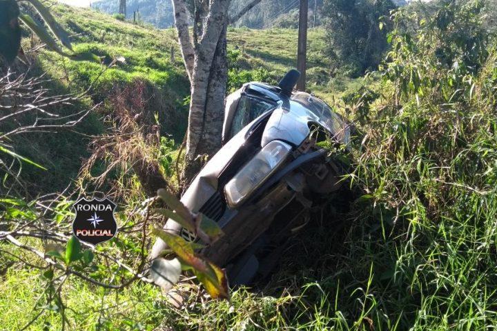 Carro de Xanxerê colide violentamente em árvore a margem da SC-155