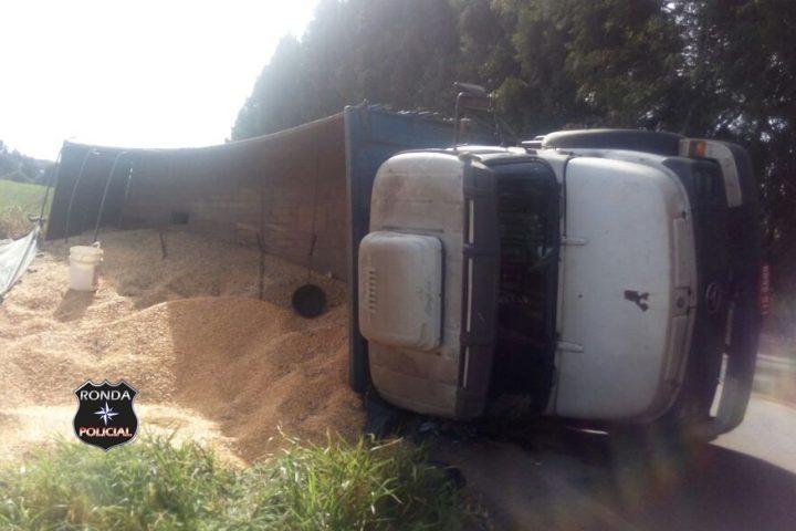 Caminhão de Xanxerê carregado de milho tomba na SC-480