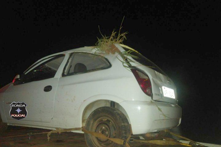 Motorista fica gravemente ferido ao capotar veículo a margem de rodovia durante a noite