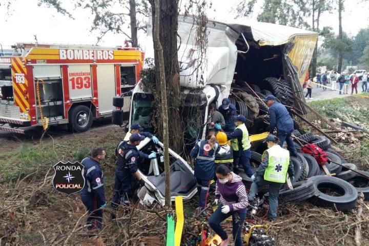 Caminhoneiro do Oeste fica gravemente ferido em engavetamento no Vale do Itajaí