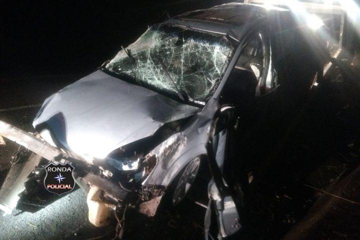 Motorista fica gravemente ferido ao colidir carro em paredão de pedras na 282 durante a madrugada
