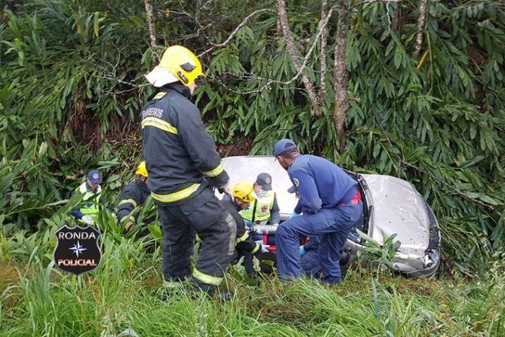 Duas pessoas ficam feridas em capotamento na 282