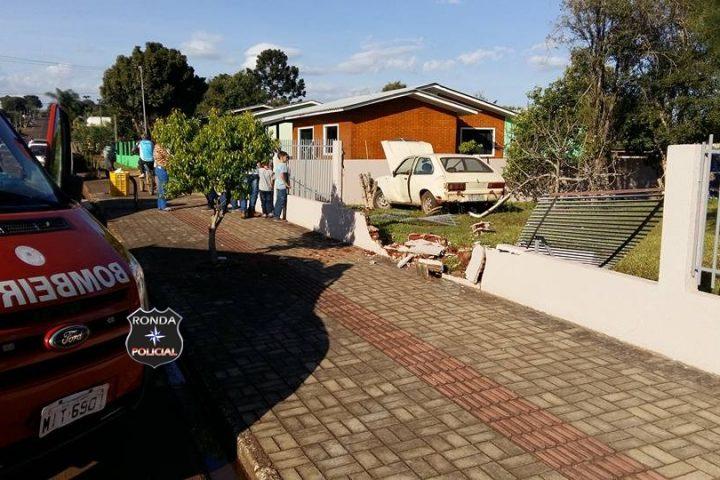 Carro desgovernado invade residência no Nossa Senhora Aparecida