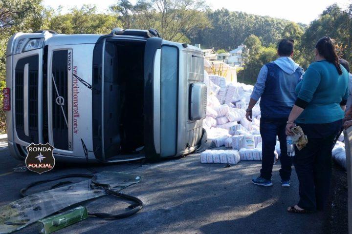 Carreta tomba e deixa trânsito lento na 282 em Cordilheira Alta
