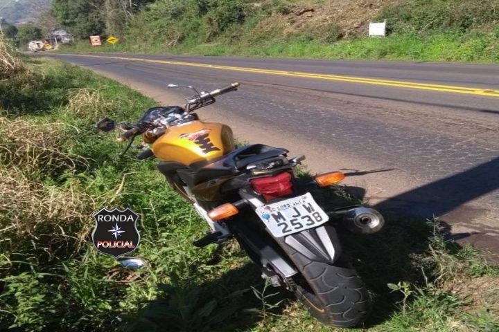 Duas pessoas ficam feridas em acidente entre moto e caminhão na SC-283