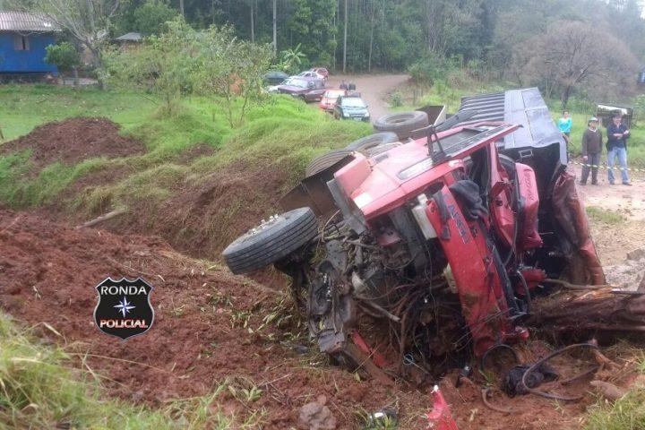 Caminhoneiro morre ao tombar veículo
