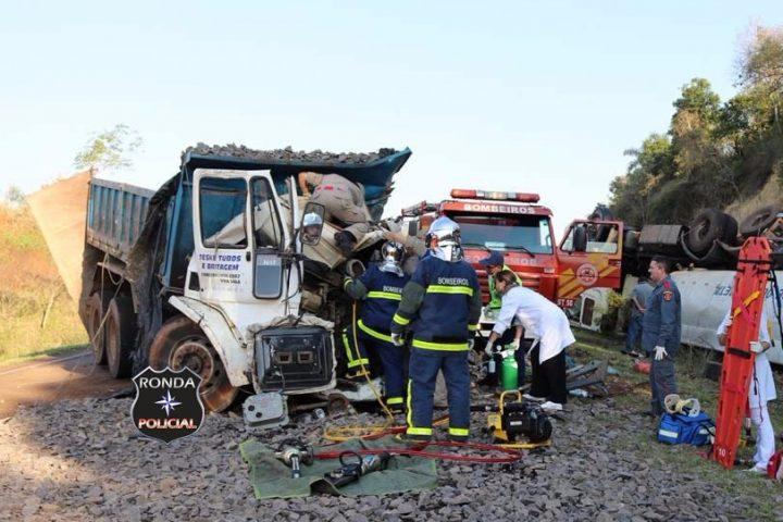 Caminhoneiro fica gravemente ferido em violenta colisão entre dois caminhões