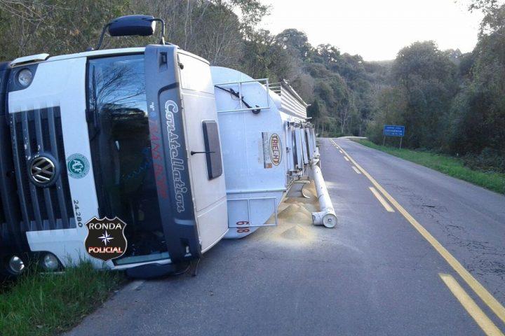Caminhão desgovernado tomba a margem da SC-283