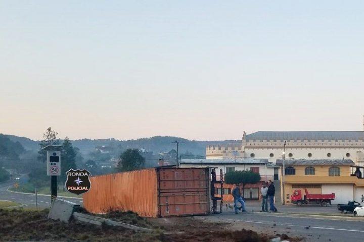 Caminhão container tomba e deixa caminhoneiro ferido na 282