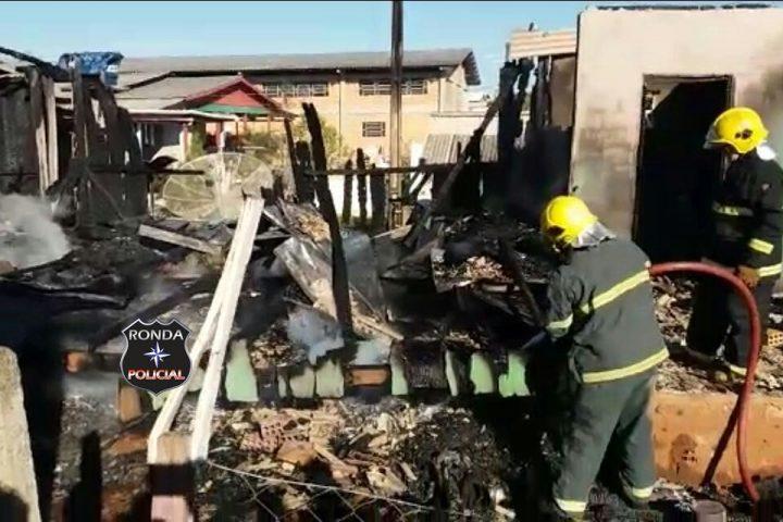 Duas casas são consumidas pelo fogo durante a tarde
