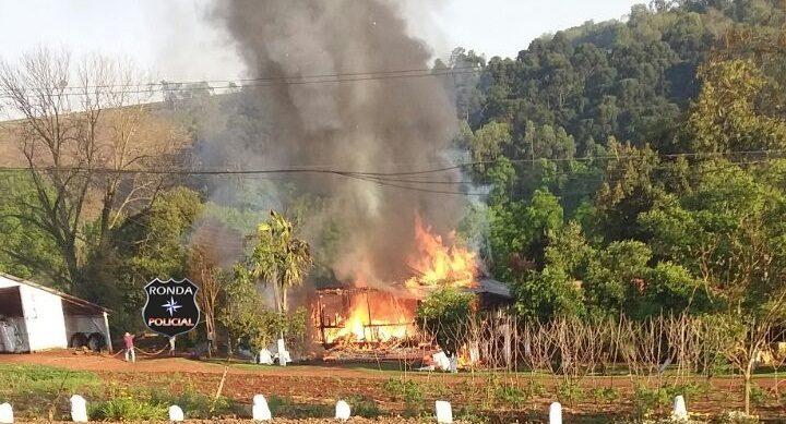 Incêndio consome residência em comunidade rural no início da manhã