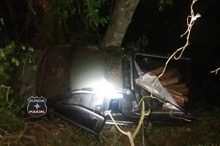 Casal fica ferido ao colidir carro em árvores a margem da 282
