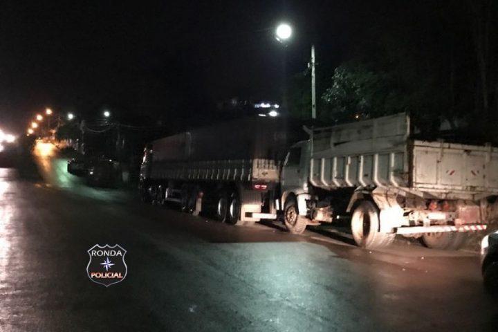 Motorista embriagado é preso depois de bate caminhão em veículo parado