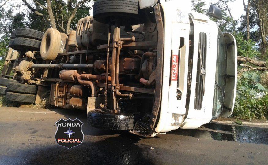 Caminhão tomba e deixa trânsito lento na SC-155 em Bom Jesus