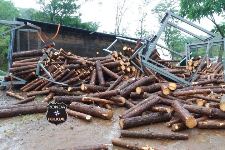 Caminhão de madeiras tomba a margem da BR-158