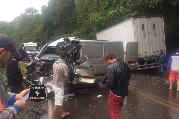 Motorista morre esmagado e outras duas pessoas ficam gravemente feridas em acidente na 282