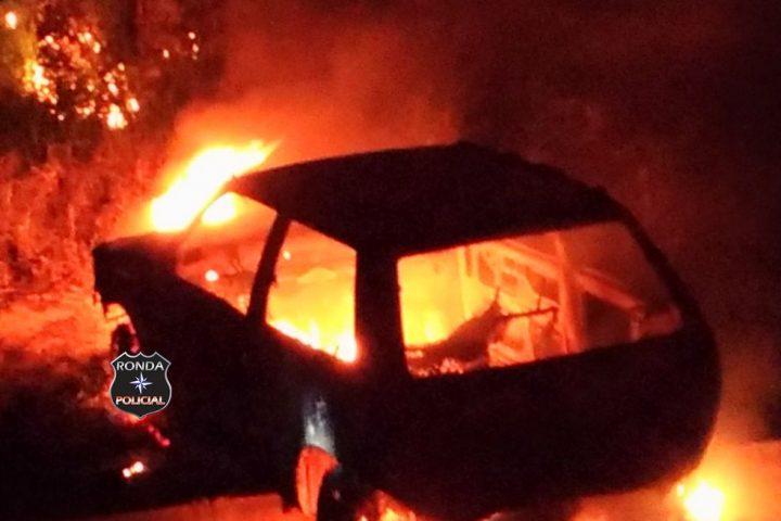 Carro é incendiado a margem de rodovia em Cordilheira Alta
