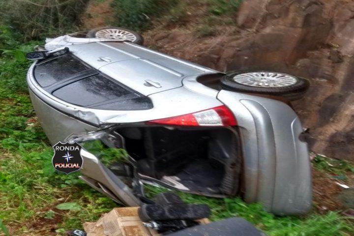 Motorista sai ileso ao capotar veículo próximo à ponte do Rio Ariranha