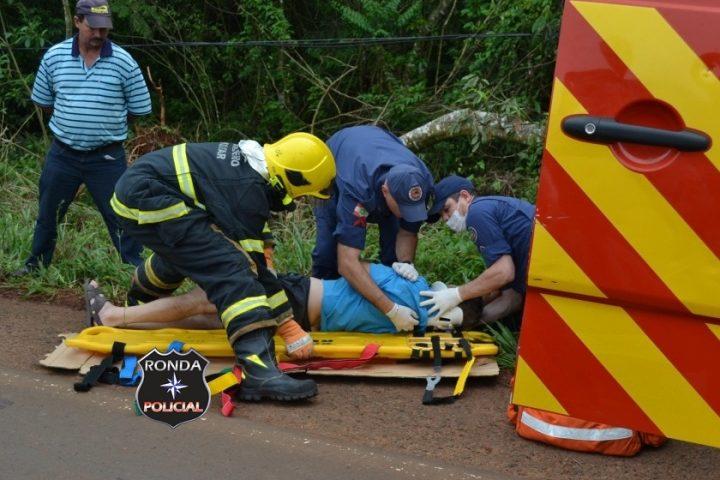 Duas pessoas ficam feridas em colisão entre carro e carreta