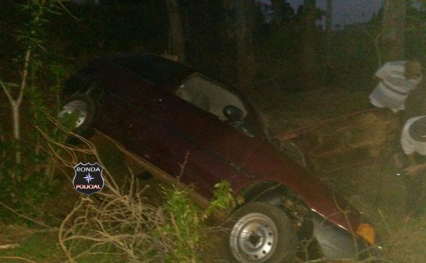Casal fica ferido ao capotar veículo na madrugada