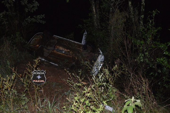 Motorista abandona carro após capotar na SC-480 em Xanxerê